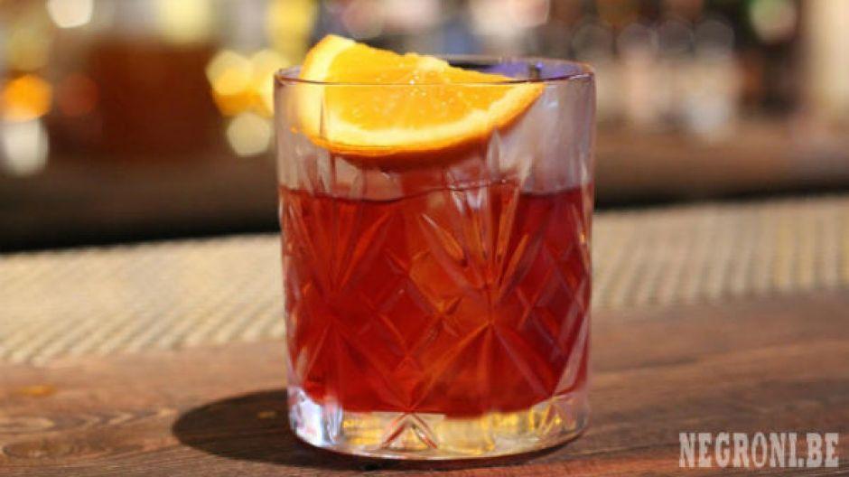 Negroni op bar in een short drink glas met een partje sinaas.